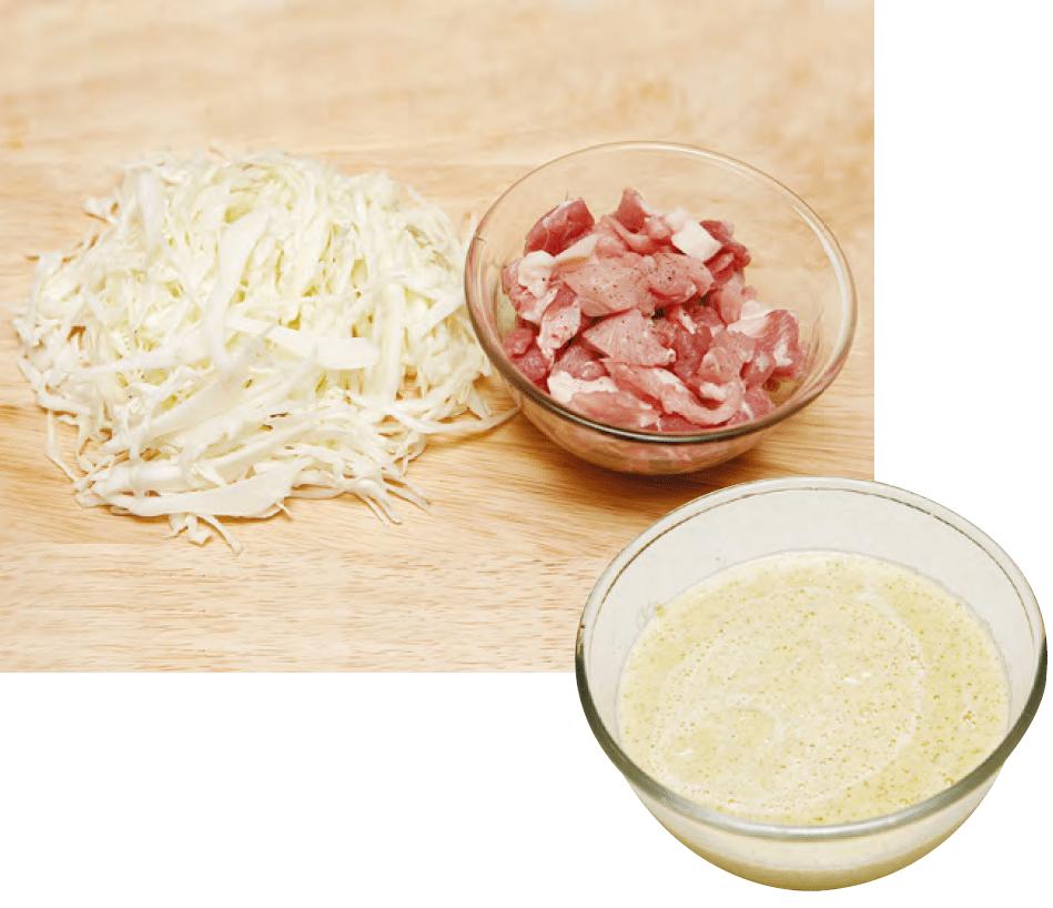 3. 양배추는 채 썰고, 돼지고기는 작게 썰어 밑간하고 , 믹서에 불린 녹두와 녹두 불린 물(1.5컵)을 넣어 갈고,