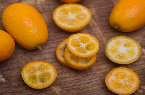 레몬, 오렌지, 자몽, 귤 등 시트러스 계열 과일의 껍질은 과육과 달리 상당히 씁쓸한 맛을 가지고 있다. 버려지기 일쑤였던 감귤류의 껍질에는 다른 부분보다 플라보노이드 함량이 높다. 특히 헤스페리딘(hesperidin)과 나리루틴(narirutin)이라고 불리는 두 가지 종류의 강력한 항산화 물질이 들어 있다. 이 성분들은 혈관 저항력을 증가시키는 것은 물론 비타민C의 기능과 역할을 높인다. 또한 농촌진흥청에 따르면 감귤 껍질에 들어있는 노밀린(nomilin) 성분은 피부 탄력을 유지하는 엘라스틴을 분해하는 효소인 엘라스테이제의 활성을 억제해 피부 콜라겐 생성량을 33%나 높이는 것으로 나타났다. 폴리페놀 함량은 완숙과의 껍질보다 풋귤 껍질에서 더 높은 것으로 나타나고 있다. 풋귤의 총 폴리페놀 함량은 껍질에서 100g당 19.59g이나 된다는 것이 농촌진흥청 연구에서 확인됐다. 반면 과육에선 100g당 4.01g이었다. 11월 중순 수확하는 잘 익은 완숙과는 껍질에서 8.34g(100g당), 과육 2.11g(100g당)의 폴리페놀이 들어 있다.