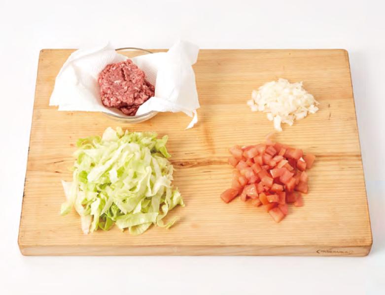 2. 쇠고기는 키친타월로 핏물을 제거하고, 양파는 잘게 다지고, 양상추는 굵게 채 썰고, 토마토는 꼭지와 속을 제거한 뒤 1*1cm 크기로 잘게 썰고