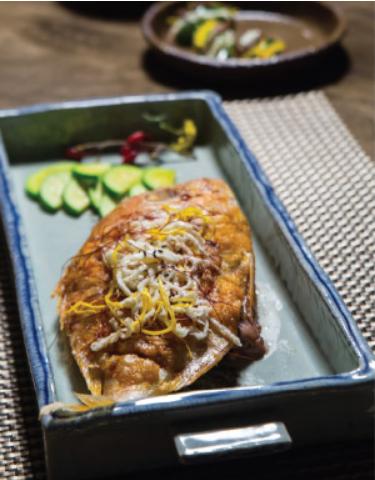 5. 접시에 도미를 놓고 통깨와 실고추를 고명으로 얹고 호박조림과 곁들여 낸다.