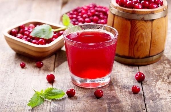 크랜베리는 사실 쓴맛이 나는 열매로 말리거나 주스를 마시는 것이 일반적이다. 크랜베리에는 타입A 프로안토시아니딘이라고 알려진 폴리페놀이 풍부하다. 이 폴리페놀은 박테리아가 신체 조직의 표면에 달라붙는 것을 방지한다. 미국 산부인과 학회지에 발표된 텍사스 A&M 보건과학센터에서 진행한 연구에 따르면 부인과 수술을 받은 환자들에게 6주간 하루에 두 번씩 크랜베리 캡슐을 복용하게 하자 요로 감염 위험이 50%나 감소한 것으로 나타났다. 또한 미국 농무부에서 진행한 2015년 연구에선 크랜베리 주스가 염증, 혈당, 혈압, 트리글리세라이드 수치 감소에 영향을 미쳐 심장질환 예방에 도움이 되는 것으로 나타났다.