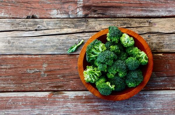 브로콜리, 브뤼셀 콩나물, 케일, 양배추, 콜리플라워와 같은 십자화과 채소에는 글루코시놀레이트라고 불리는 화합물이 들어 있어 쓴 맛을 내는 특징이 있다. 이 성분이 특히 암 예방에 도움이 된다. 2010년 독일 하이델베르그 대학에서 진행된 연구에선 글루코시놀레이트가 암세포의 성장과 전이를 늦추는 것으로 나타났다. 브로콜리는 특히 암 예방 식품으로 유명하다. 브로콜리에 들어 있는 '설포라판' 성분이 암을 예방하고 암 진행을 늦춘다. 미국 오레곤주립대학교 연구팀이 학술지 '영양 생화학저널'에 발표한 내용에 따르면 브로콜리에 있는 설포라판이라는 성분은 유전자 발현에 작용해 암 세포가 군체를 이루지 못 하도록 하는 것으로 나타났다. 또한 다국적 농업기업 몬산토에서 진행한 연구에선 십자화과 채소에 들어 있는 글루코라파닌이 산화 방지제로 역할을 해 간 해독 작용을 하는 것으로 나타났다.